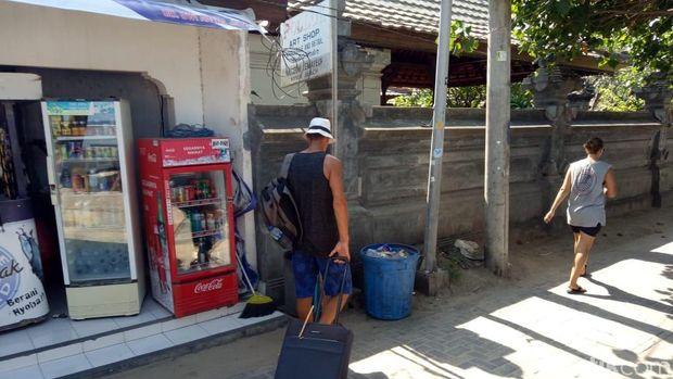 Toto, bule yang mengais sampah di Pantai Sanur, Bali /