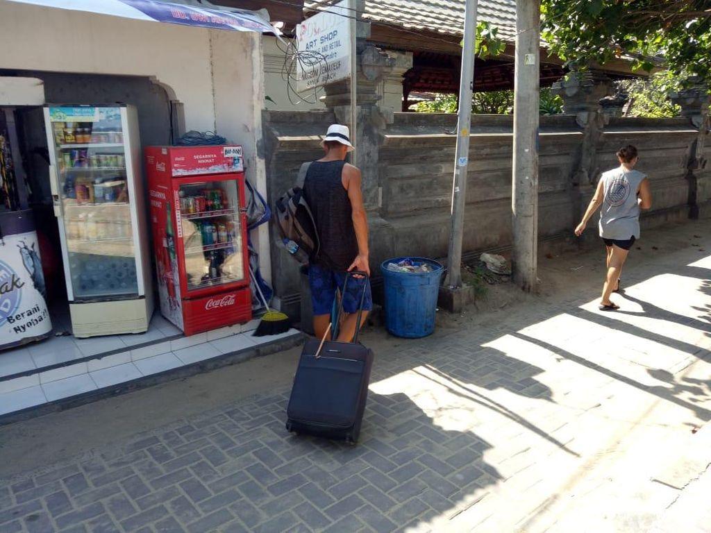 Imigrasi Cari Bule Pengais Sampah yang Viral di Pantai Sanur