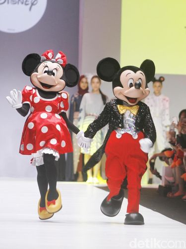 Keren! Gambar Mickey Mouse Berpadu Apik dengan Motif Tenun Indonesia