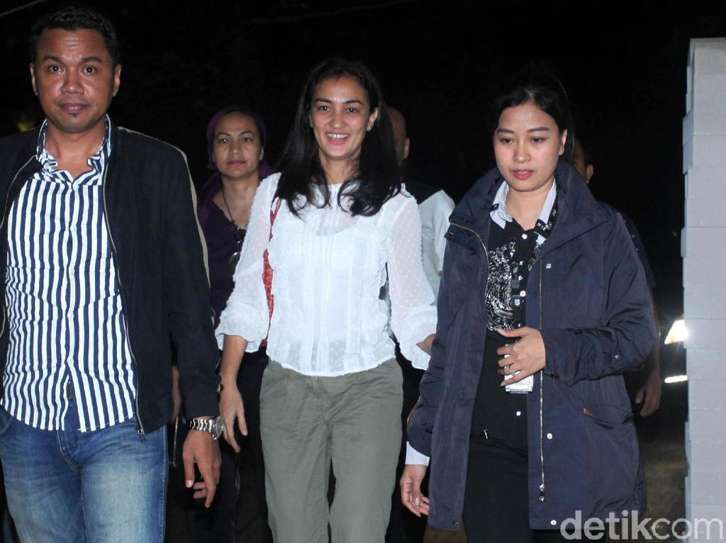 Senyum Atiqah Hasiholan di Polda Metro Jaya