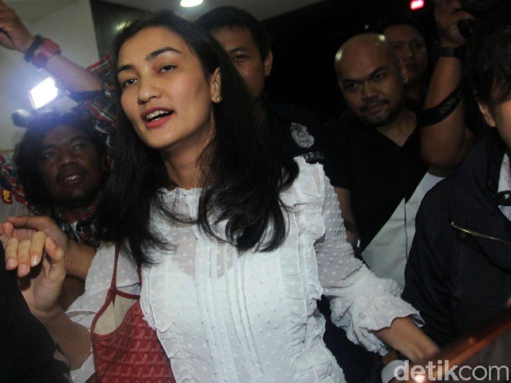Ratna Sarumpaet Ditahan Polisi, Atiqah Batasi Komentar di Instagram