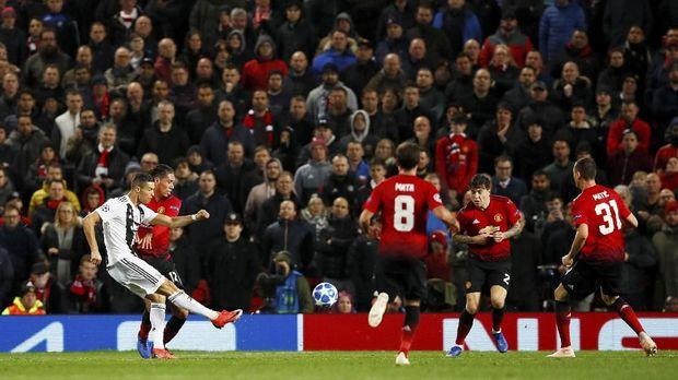 Ronaldo mencetak gol voli ke gawang Man United.