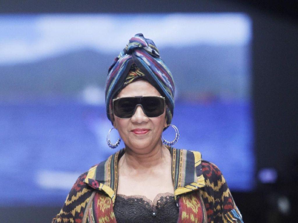 Pakai Turban, Ini Potret Gaya Keren Menteri Susi Saat Jadi Model Catwalk