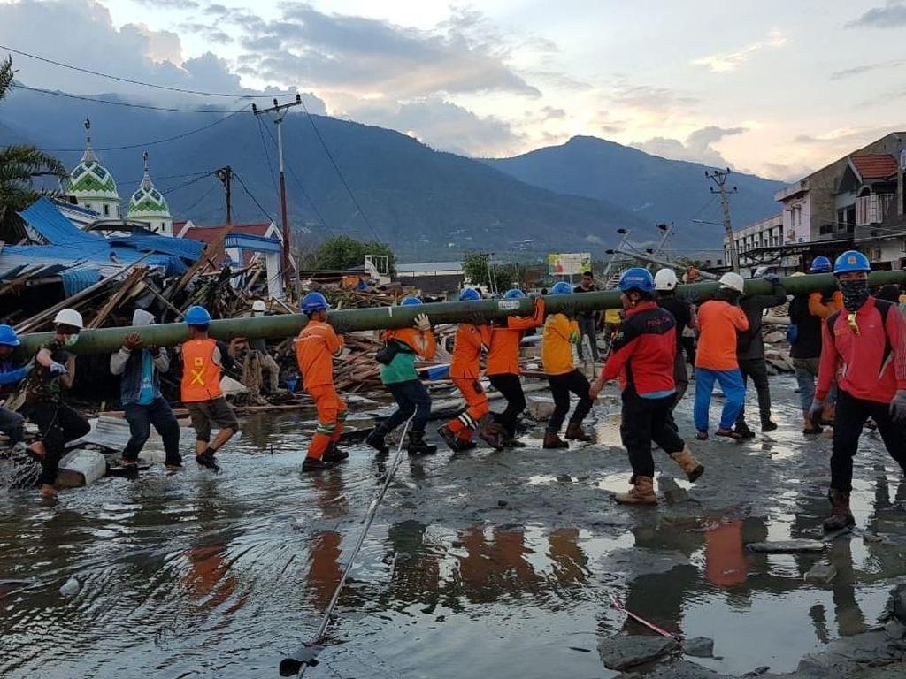 Ribuan Relawan PLN Pulihkan 2.144 Gardu Listrik Palu Pasca Tsunami