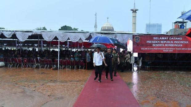 Jokowi meninggalkan lokasi acara.