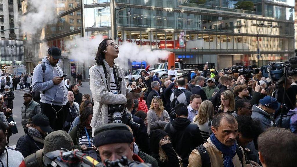 Foto: Ramai-ramai Dievakuasi dari The Time Warner karena Bahan Peledak