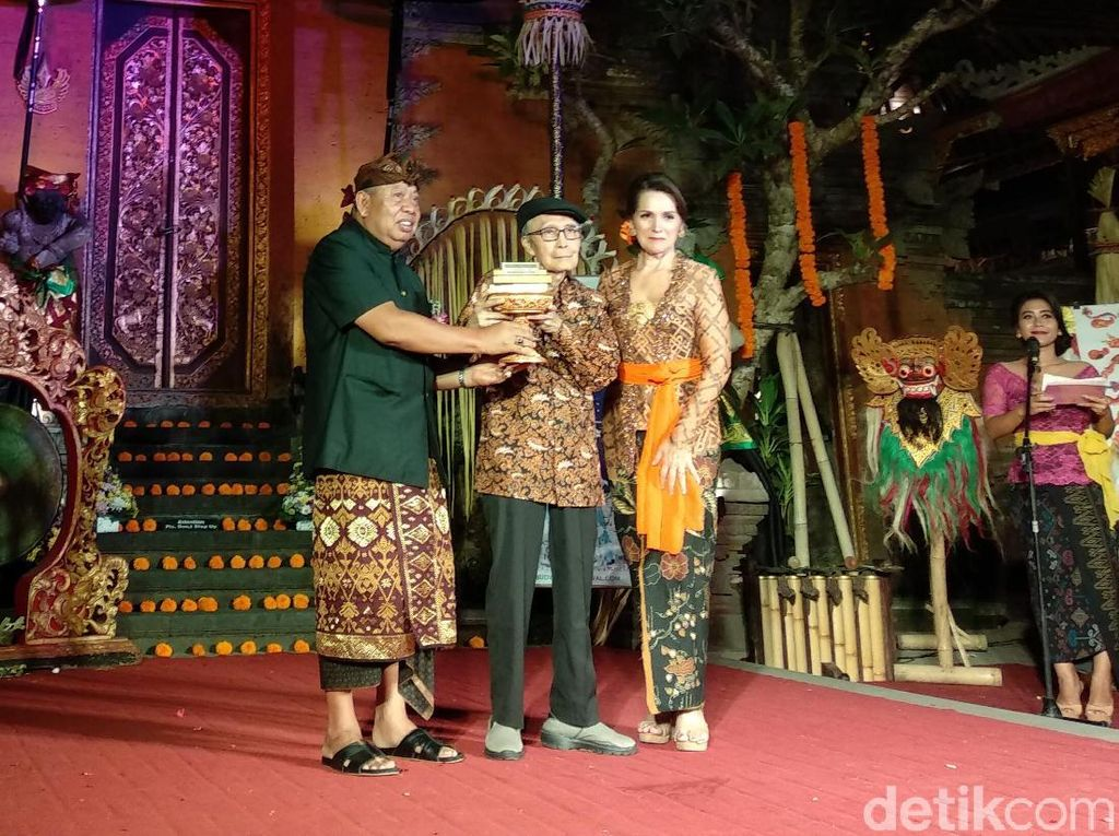 Penyair Sapardi Djoko Damono Raih Lifetime Achievement di UWRF 2018