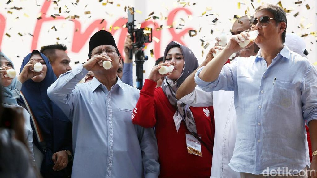 Momen Prabowo Minum Susu di Deklarasi Gerakan Emas
