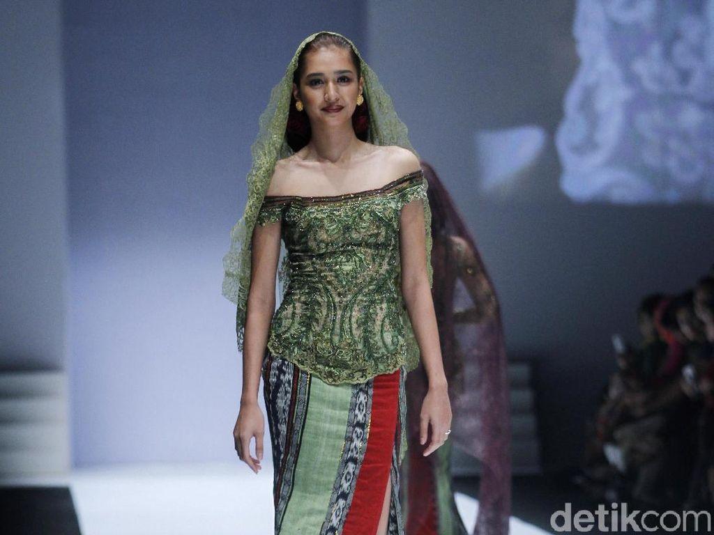 Foto: Gaya Pesohor di Fashion Show Anne Avantie, Menteri Susi hingga Maia