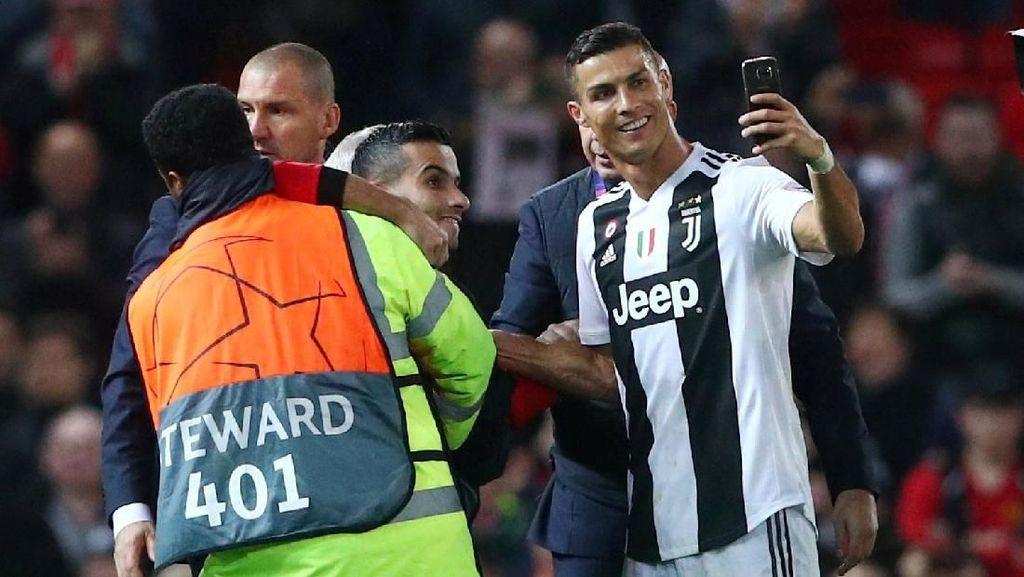 Cristiano Ronaldo di Old Trafford: Senyum Lebar, Crossing Maut, Selfie