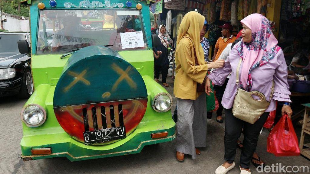 Rombongan Emak-emak Naik Odong-odong ke Deklarasi Gerakan Emas