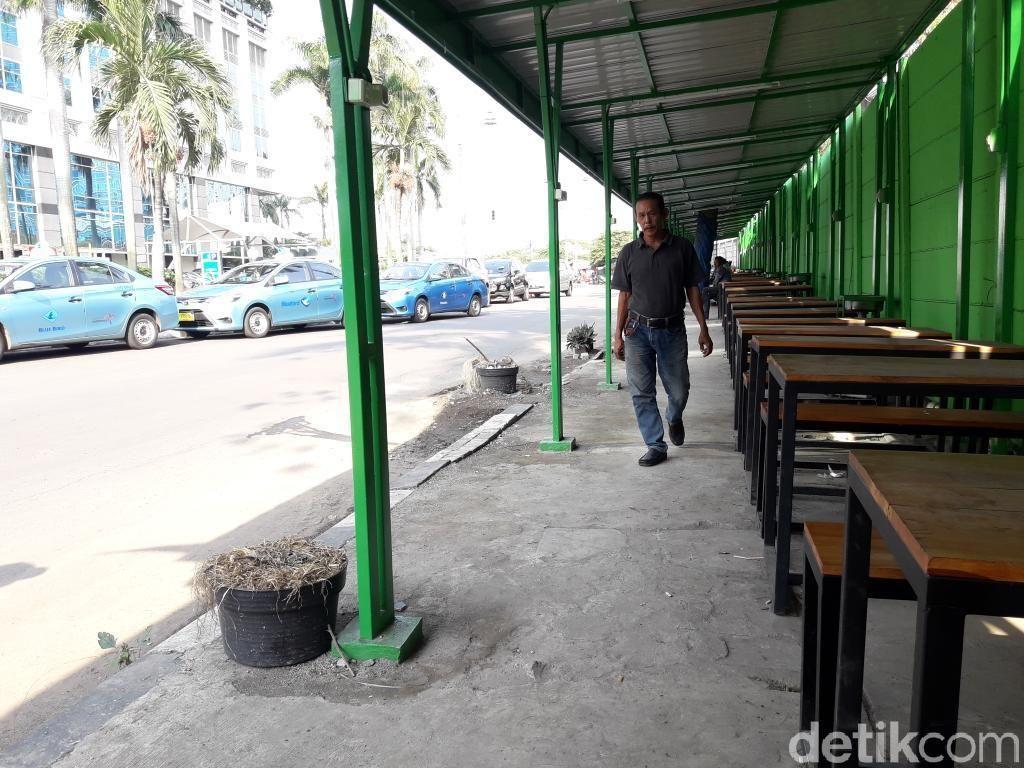 Tempat PKL Muncul di Trotoar Kuningan Jaksel, Ini Komentar Warga
