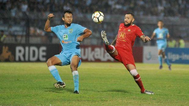 Pemain Persela Lamongan Arif Satria (kiri) menutup pergerakan pemain Barito Putera Marcel Silva Sacramennto (kanan) dalam lanjutan Liga-1 Indonesia di Stadion Surajaya Lamongan, Jawa Timur, Selasa (23/10/2018).