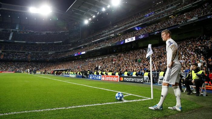 Soccer Football - Champions League - Group Stage - Group G - Real Madrid v Viktoria Plzen - Santiago Bernabeu, Madrid, Spain - October 23, 2018  Real Madrids Toni Kroos prepares to take a corner  REUTERS/Paul Hanna