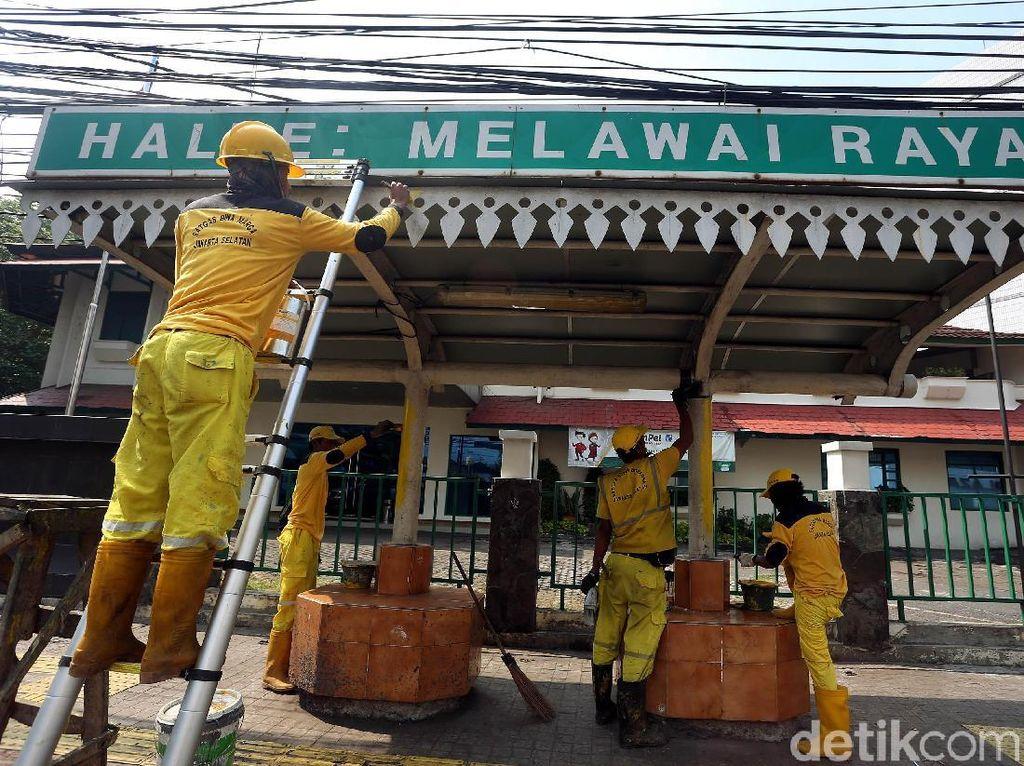 Aksi Pasukan Kuning Bersihkan Halte Melawai