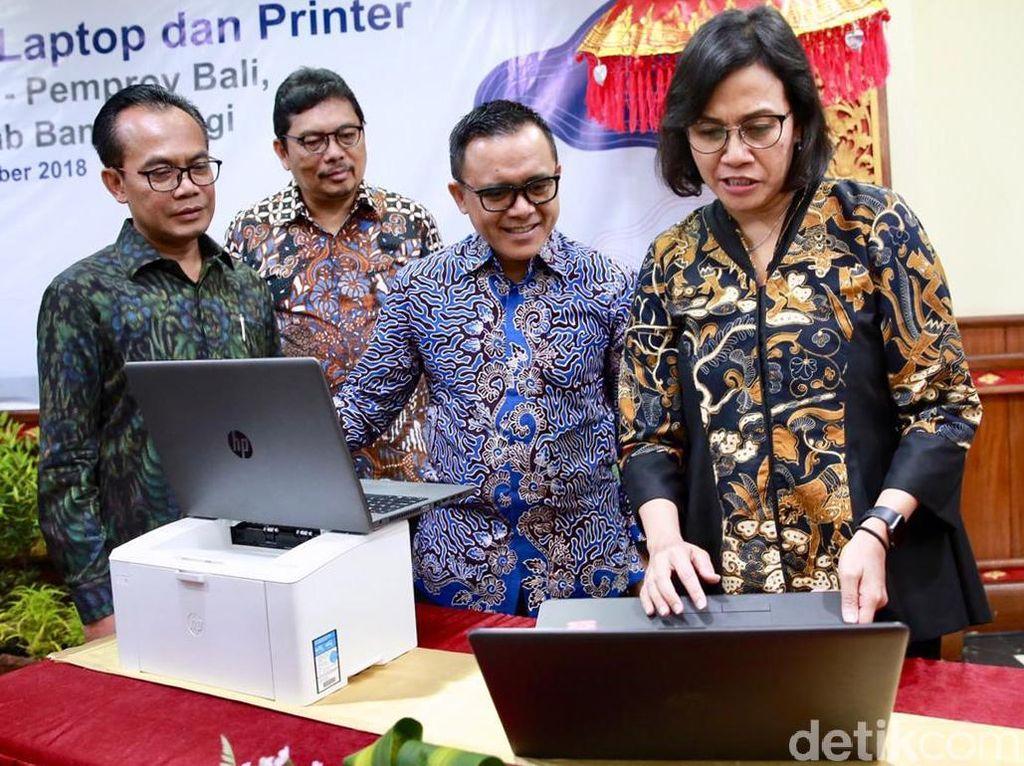 Gaya Sri Mulyani Bagi-bagi Ratusan Laptop Bekas IMF-WB Meeting