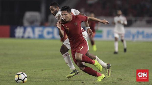 Pesepak bola Indonesia U-19 Syahrian Abimanyu berebut bola dengan pesebak bola Uni Emirat Arab U-19 (putih) pada laga Grup A Piala Asia U-19 2018 di Stadion Utama Gelora Bung Karno, Jakarta (24/10). ( CNN Indonesia/ Hesti Rika)