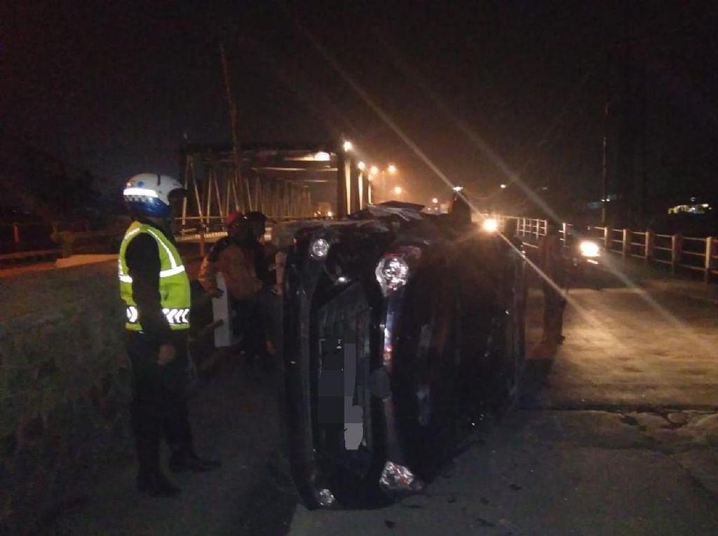 Mobil Tabrak Pembatas Jembatan di Bandung, 2 Orang Terluka