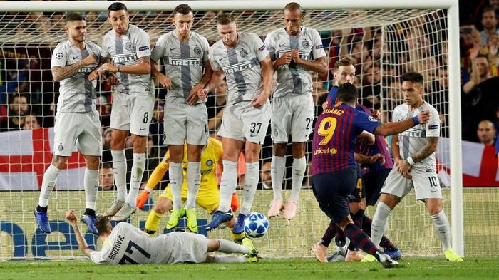 Aksi Marcelo Brozovoc menghalau tendangan bebas mendatar Luis Suarez di laga Barcelona vs Inter Milan. (Foto: Albert Gea/Reuters)