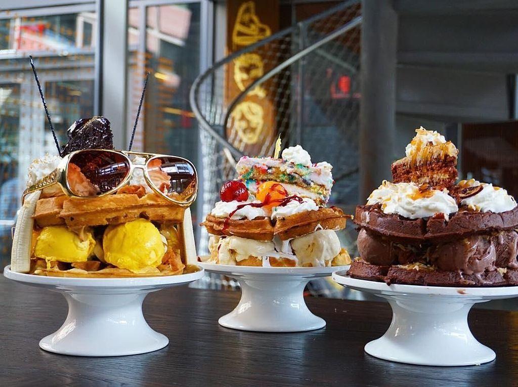 Unik! Waffle Ini Diberi Topping Cake, Es Krim hingga Kacamata