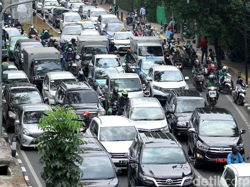 Palmerah Macet Parah Imbas Ojol dan Taksi Mangkal Sembarangan