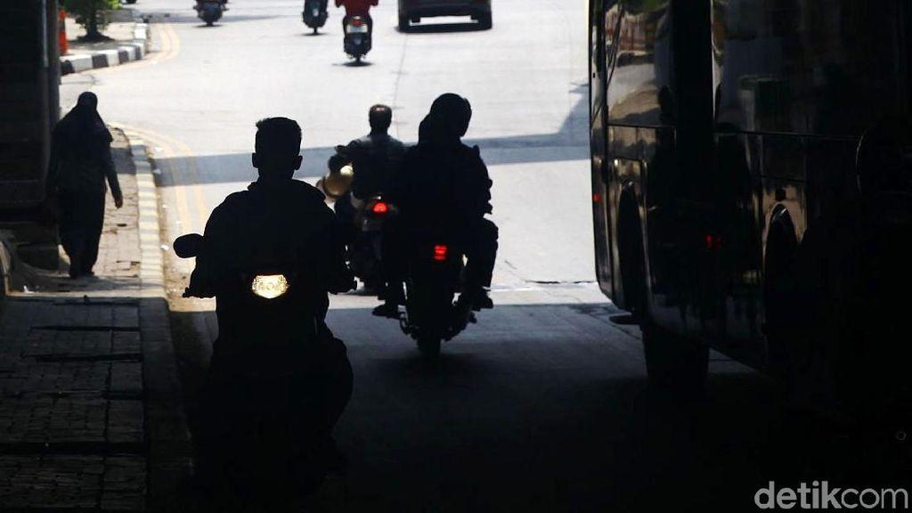 Jangan Ditiru! Pemotor Lawan Arah di Underpass Manggarai