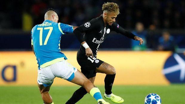Neymar mengalami cedera paha kanan pada laga internasional.