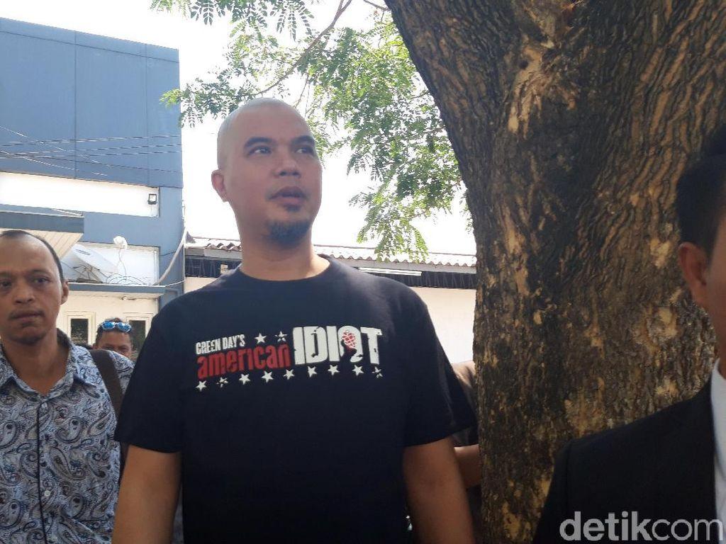 Sambangi Mapolda Jatim, Ahmad Dhani Pakai Kaus American Idiot