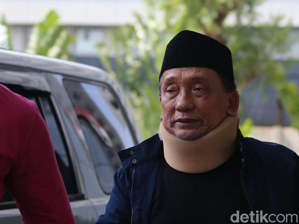 Diperiksa KPK, Fuad Amin Pakai Penyangga Leher