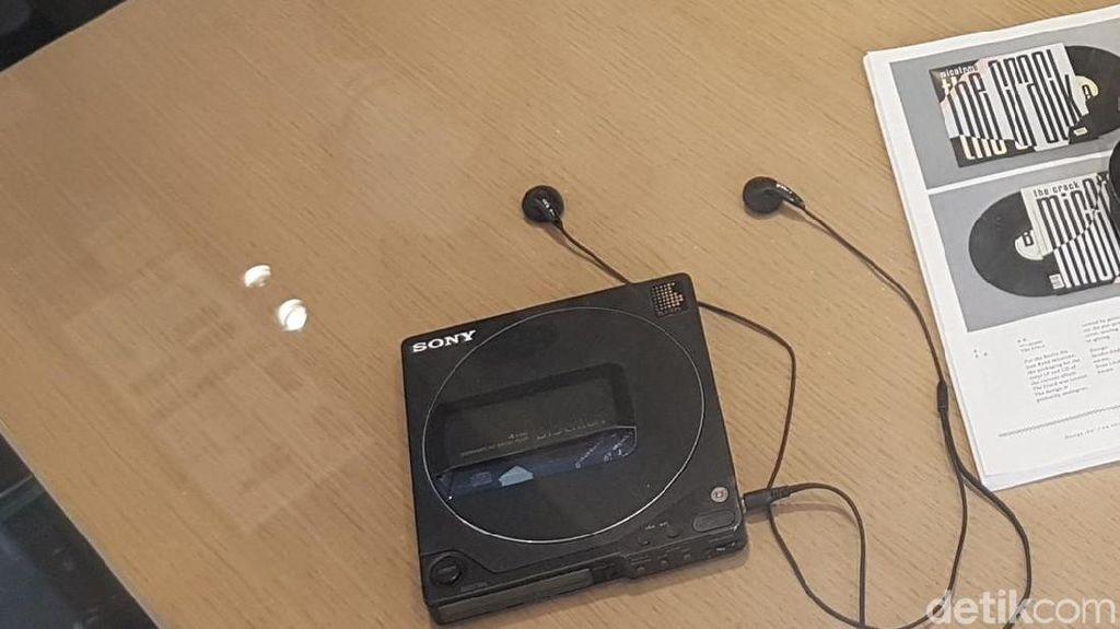 Ponsel OPPO Berbaur dengan Walkman, Nintendo Jadul, dan PS1