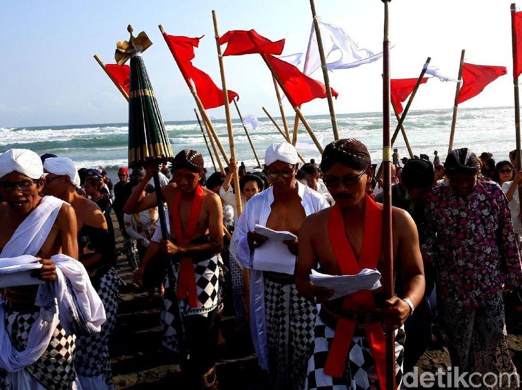Warga Bantul Gelar Labuhan di Pantai Parangkusumo
