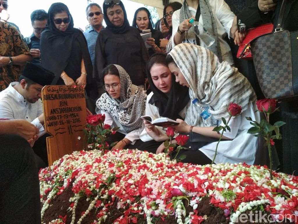 Ini yang Dilakukan Arumi dan Emil Dardak Usai Jenazah Ayah Dikebumikan