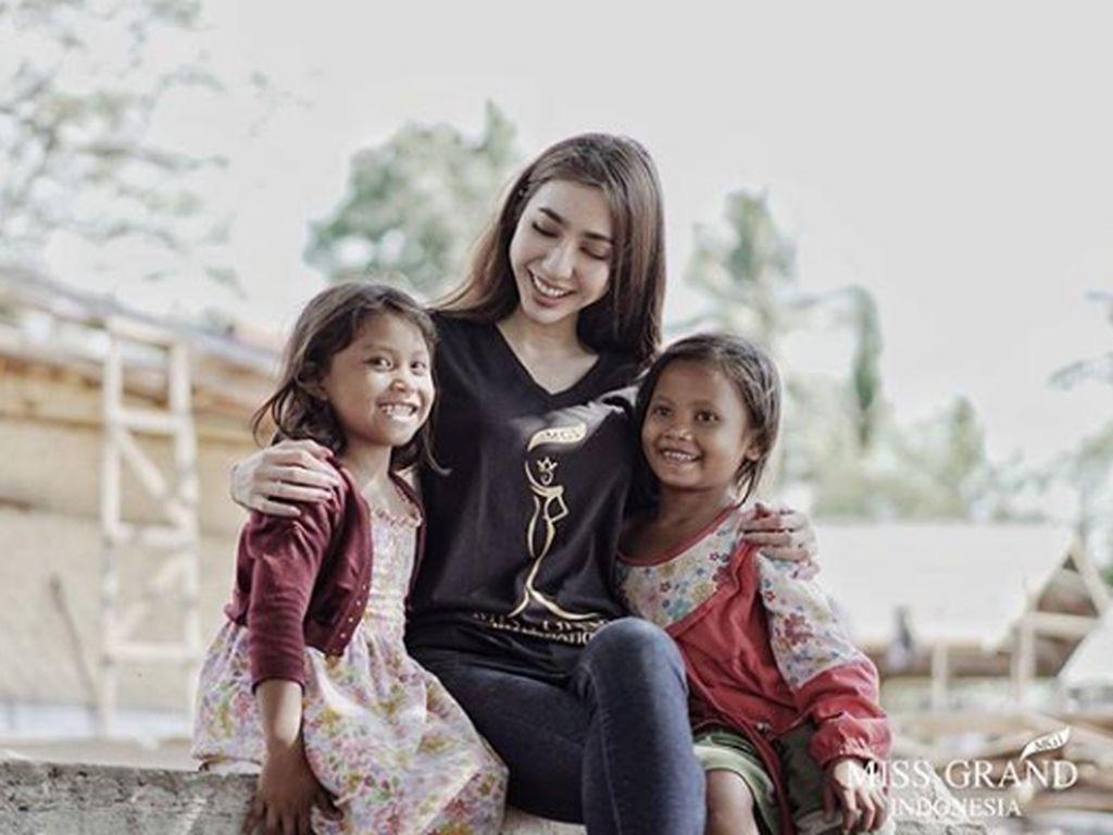 Foto Juara 3 Miss Grand International Nadia Purwoko dan Anak-anak