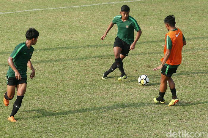 Timnas Indonesia U-19 berlatih di Lapangan ABC, Senayan, Jakarta, Jumat (26/10/2018).