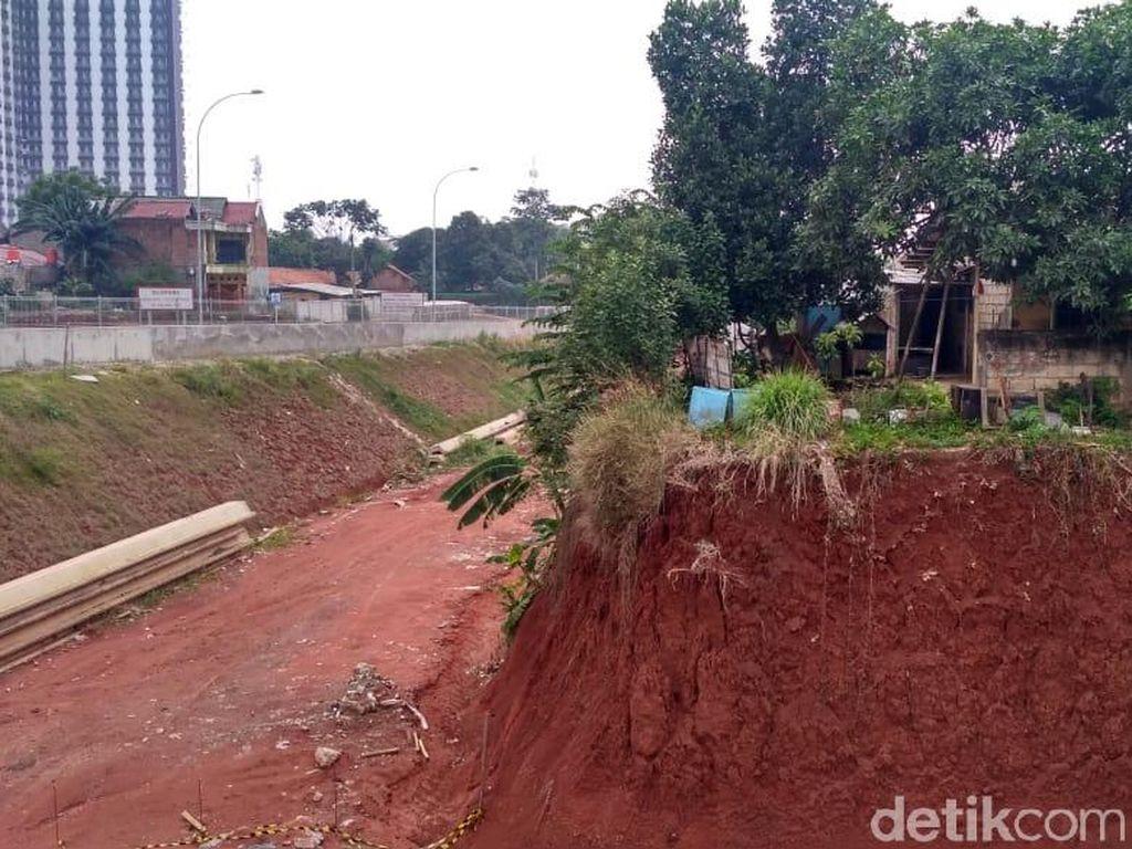Spanduk Ganti Rugi Lahan Nongol di Lokasi Proyek Tol Cijago