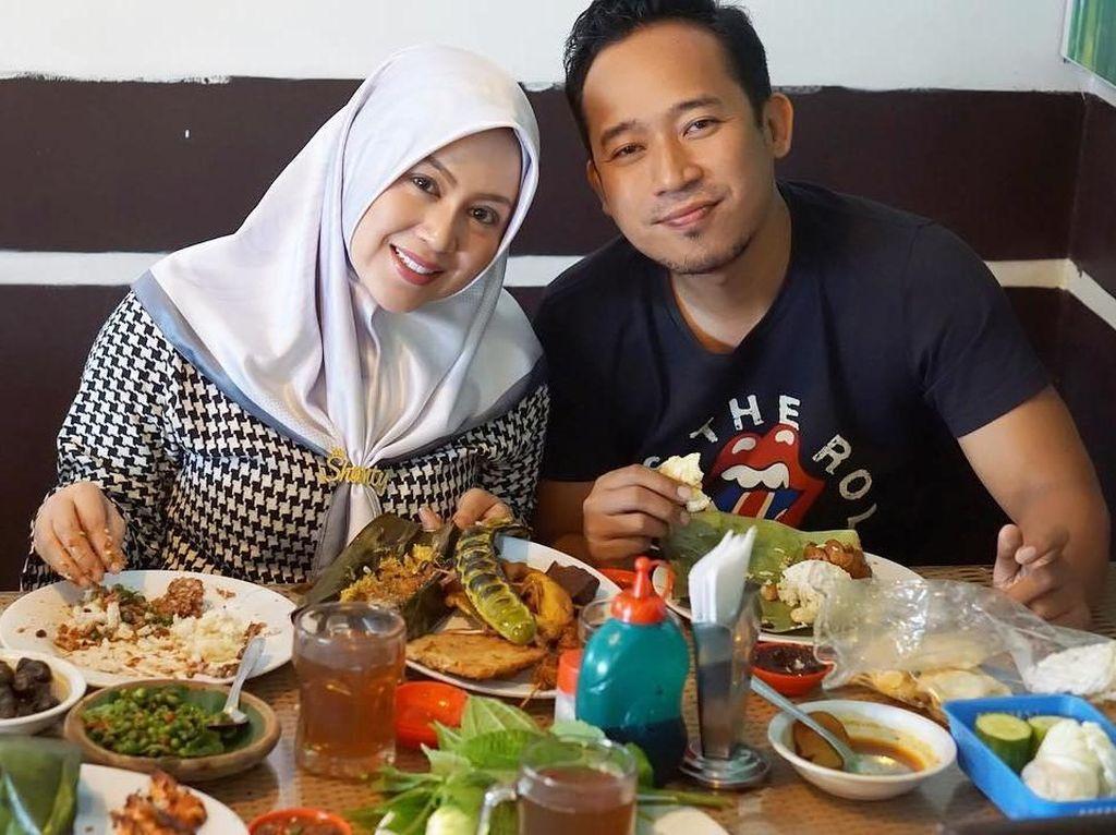 Hits Banget! Ini Gaya Shanty, Istri Denny Cagur Saat Kulineran
