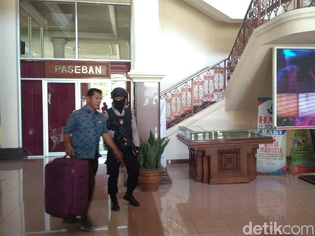 Geledah Kantor Bupati Cirebon, KPK Sita 2 Koper
