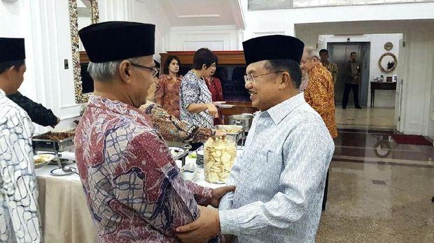 Setengah Hati Jokowi Redam Isu Pembakaran Bendera