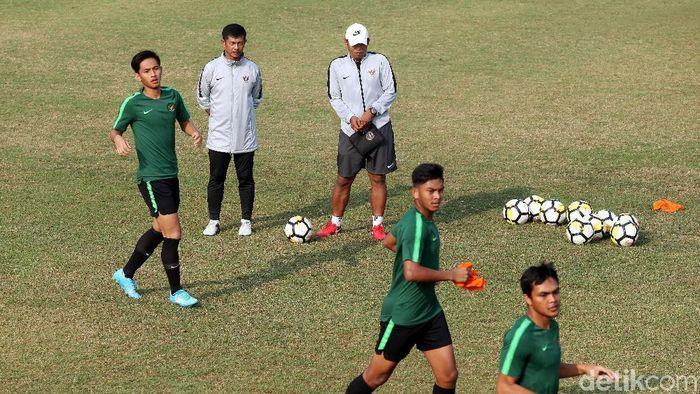 Indra Sjafri memimpin latihan Timnas Indonesia U-19 di lapangan ABC, kompleks GBK, Senayan, Jumat (26/10). (Rengga Sancaya/detikSport)
