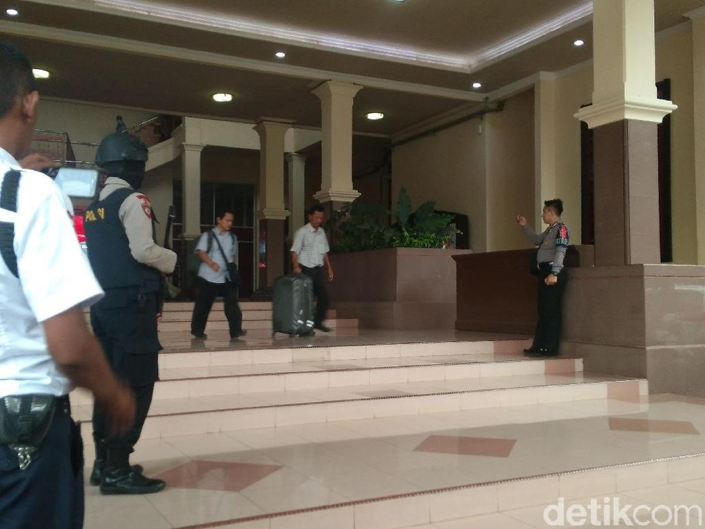 Video: KPK Geledah Ruang Kerja Bupati Cirebon, 4 Koper Disita