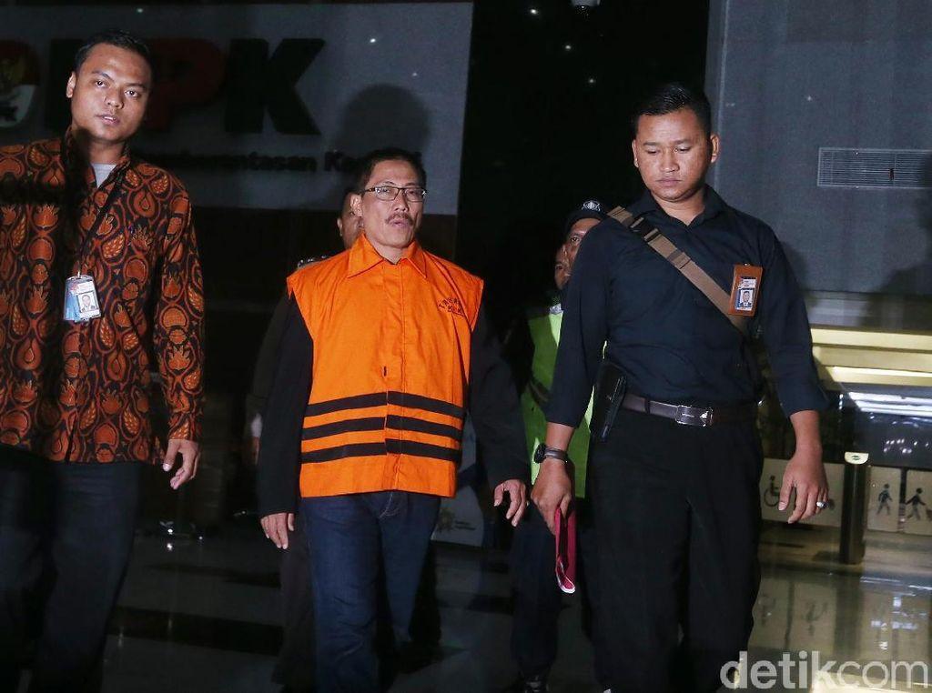 Berompi Oranye, Bupati Cirebon Masih Tetap Mengelak Suap