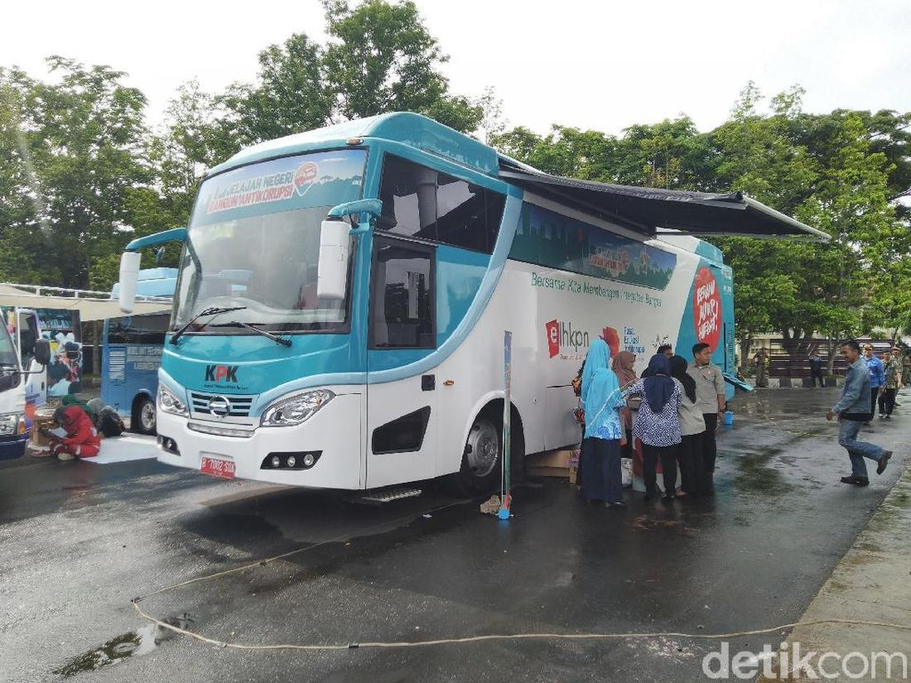 Melihat Jeroan Bus KPK yang Mejeng di Ciamis