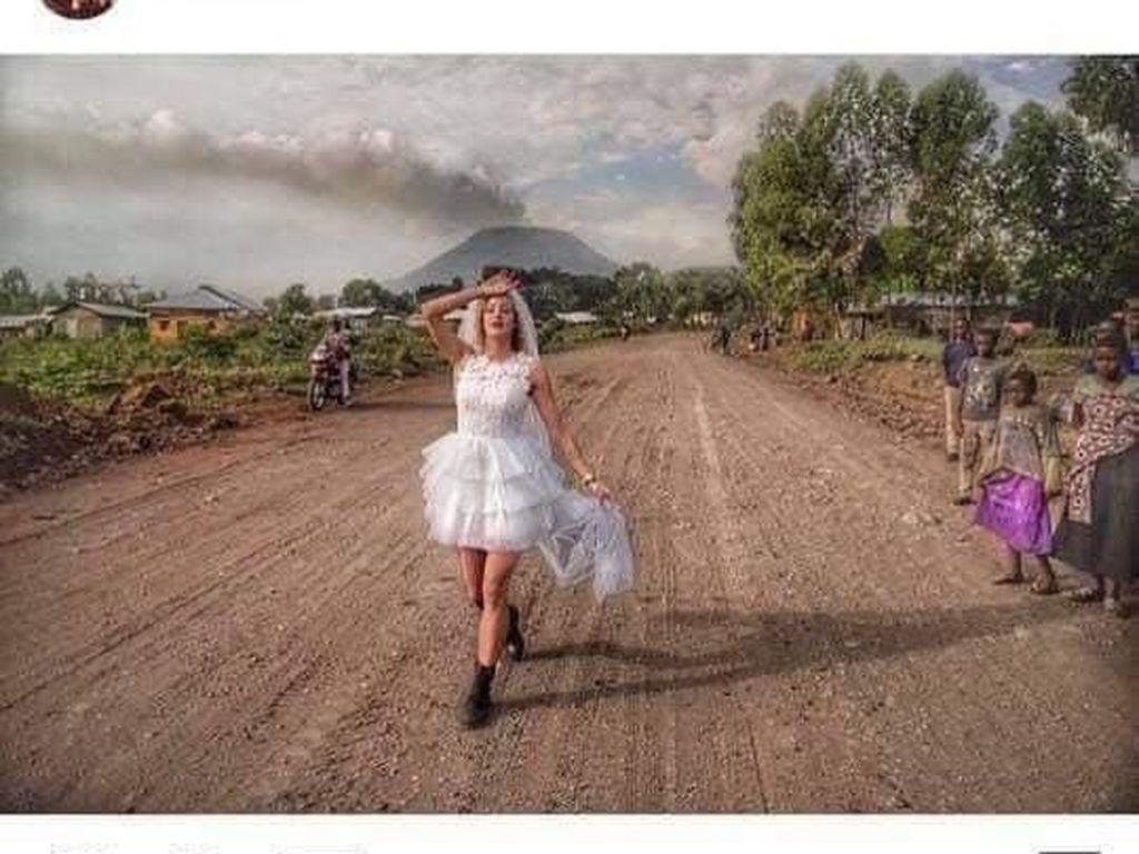 Foto Pernikahan dengan Warga Lokal Afrika Viral, Bule Ini Picu Kontroversi