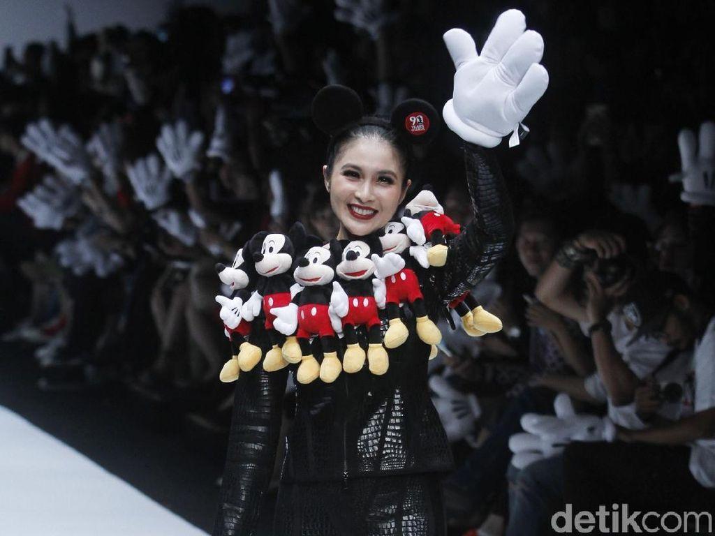 Foto: Adu Gaya 15 Artis Jadi Model di Jakarta Fashion Week 2019
