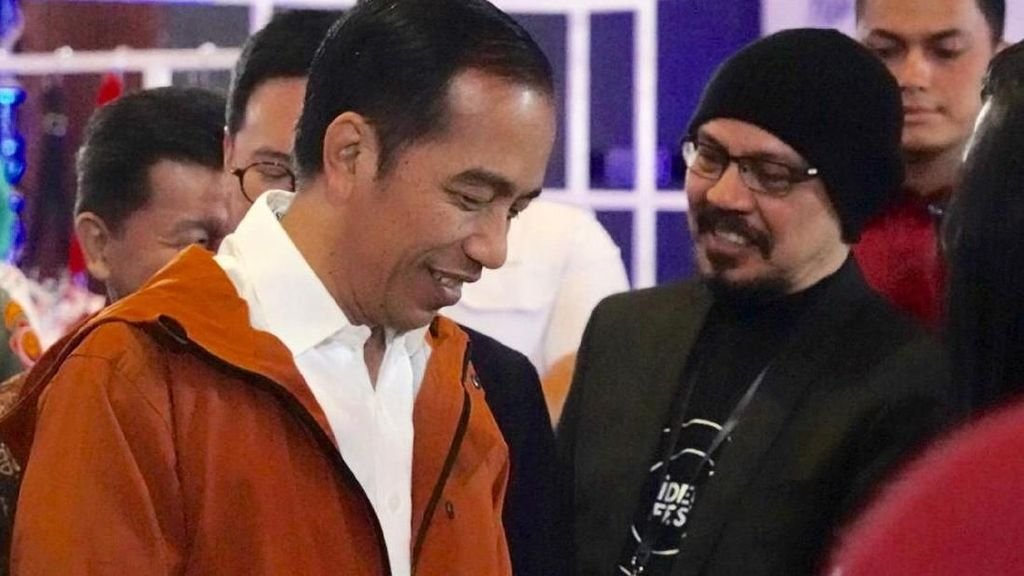 Foto: Lihat Lebih Dekat Gaya Jokowi dengan Jas Hujan Rp 500 Ribuan