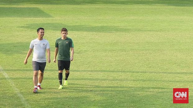 Gelandang Timnas Indonesia U-19, Egy Maulana Vikri (kanan) di Lapangan ABC GBK (26/10)