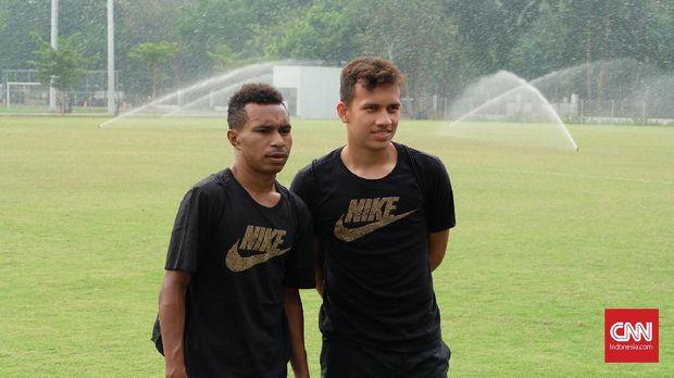 Gelandang Timnas Indonesia U-19 Todd Rivaldo Ferre dan Egy Maulana Vikri di Lapangan ABC GBK (26/10)