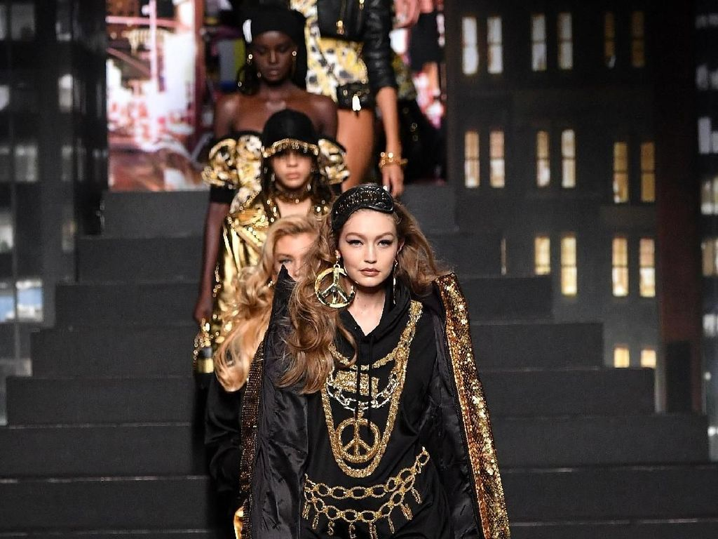 Foto: Gaya Seksi Para Top Model Dunia di Fashion Show Moschino x H&M