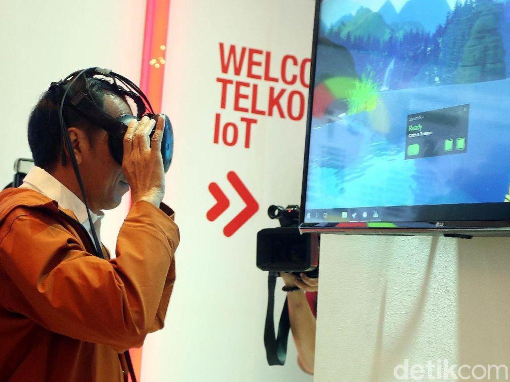 Jokowi: Ada VR, Main Sepak Bola Tidak Pakai Lapangan
