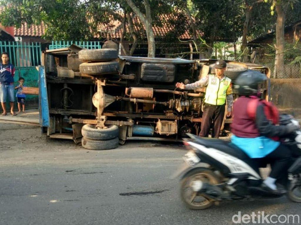 Minibus Tabrak Truk Muatan Kayu di Bandung, 1 Penumpang Luka